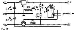 Двуполярный СН на основе однополярной микросхемы можно выполнить по схеме, изображенной на рис. 12. Как видно, микросхема DA1 включена по типовой схеме в плюсовое плечо СН. Минусовое плечо содержит делитель напряжения из резисторов одинакового сопротивления RI, R2, инвертирующий усилитель на ОУ ОА2 и регулирующий транзистор VT1. ОУ сравнивает выходное напряжение плеч по абсолютной вели чине, усиливает сигнал ошибки и подает его в цепь базы транзистора VT1. Если напряжение минусового плеча по какой-либо причине становится меньше, чем плюсового (по абсолютной величине), напряжение на инвертирующем входе ОУ DA1 становится больше О, и его выходное напряжение понижается, открывая регулирующий транзистор VT1 в большей мере и, тем самым, компенсируя снижение напряжения минусового плеча. Если же это напряжение, наоборот, возрастает, процесс протекает в противоположном направлении и равенство выходных напряжений также восстанавливается.